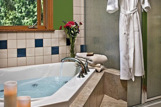 Meritage Meadows Inn: The Yakima bath - typical of the relaxing welcome