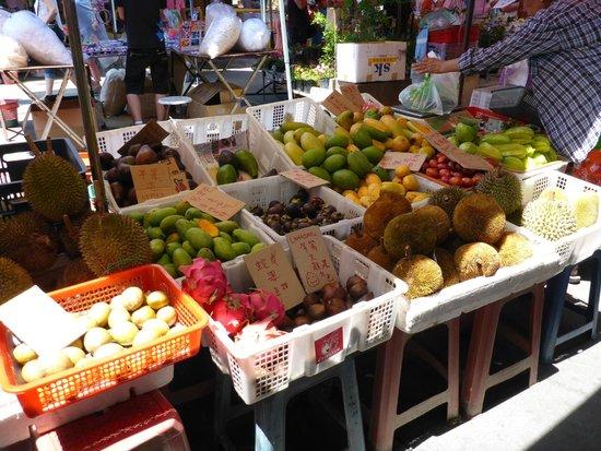 Gaya Street Sunday Market: Fruit stall