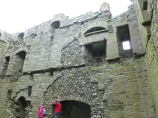 Threave Castle: Dressed stone fireplaces
