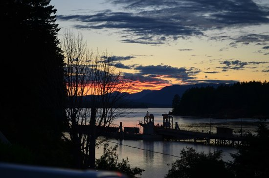 Whiskey Point Resort: Sunsets are wonderful in Quathiaski Cove!
