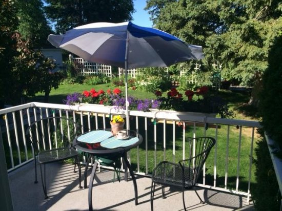 Ridgeview Gardens Bed and Breakfast: Private Patio