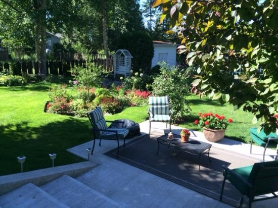 Ridgeview Gardens Bed and Breakfast: The other Patio