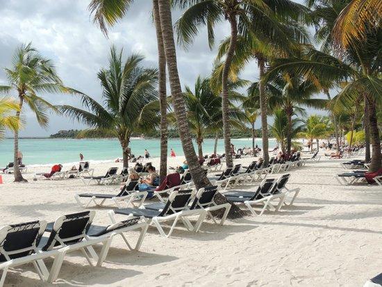 Hotel Barcelo Maya Beach: Playa a la salida de las habitaciones