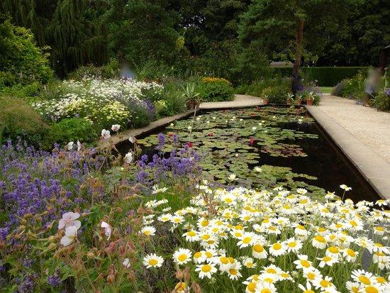 Hidcote Manor Garden: Iily pond Hidcote
