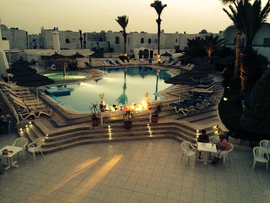 Homere Hotel: Pool area by night