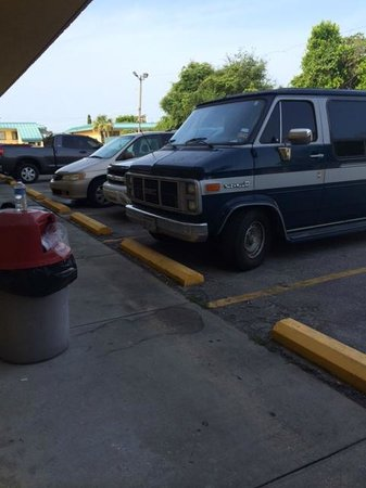 Village Inn of Destin: The van that the guys lives out of. He played music by our door all night.