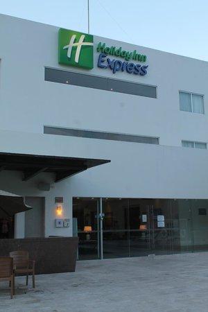 Holiday Inn Express Playa Del Carmen : Accceso principal