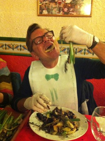 Restaurante La Borda: Calchots with bib and gloves!