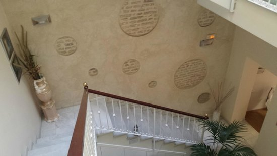 Hotel Doña Lola: Detalle pared original del edificio