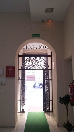 Hotel Doña Lola: Cancela tradicional de entrada