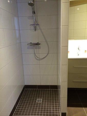 Salle de bain : douche à l\'italienne - Photo de Moka Hotel, Niort ...