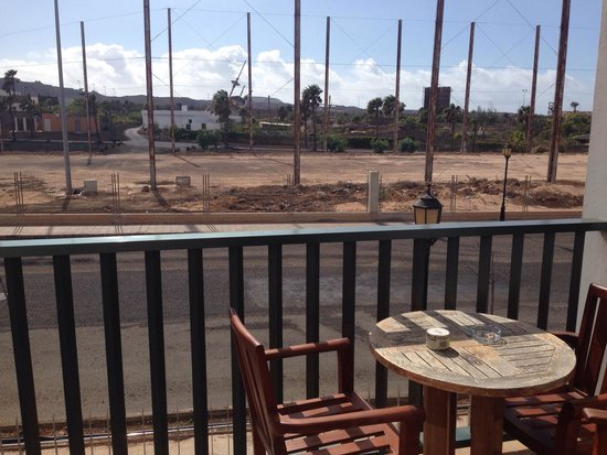 Las Marismas de Corralejo: I advise anyone who is coming here to request a room with a view of anywhere but the car park an