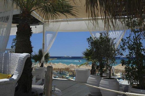 Mykonos Palace Beach Hotel: vue depuis la piscine/bar/terrasse restaurent