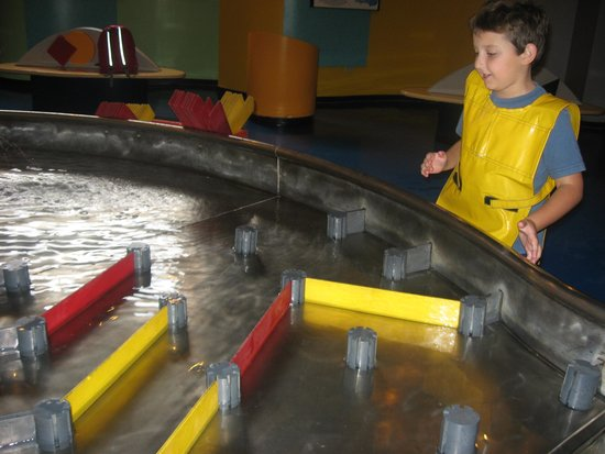 Centro Interactivo de Enseñanza CHIMINIKE: Builidng pipes and playing in the water
