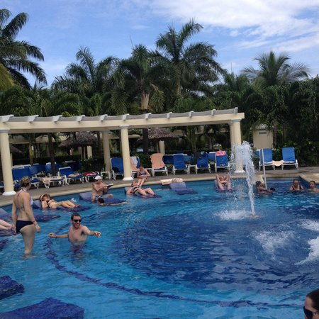 Hotel Riu Guanacaste : Piscina llena de gente!