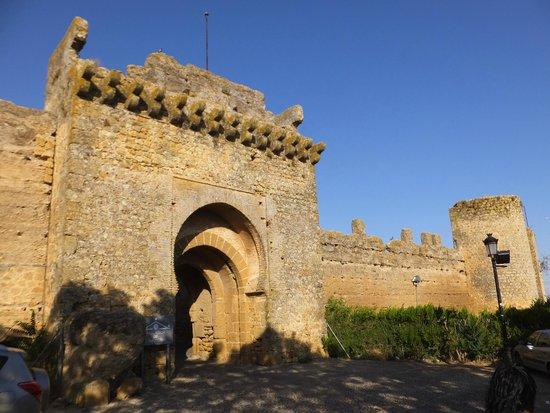 Carmona, Spain: Entrada principal al castillo y al Parador Nacional