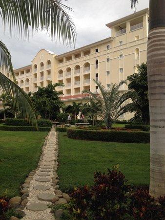Hotel Riu Guanacaste: Camino del hotel a la piscina