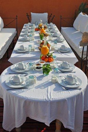 Hotel & Spa Dar Baraka & Karam : Une superbe table de petit-déjeuner dressée sur la terrasse