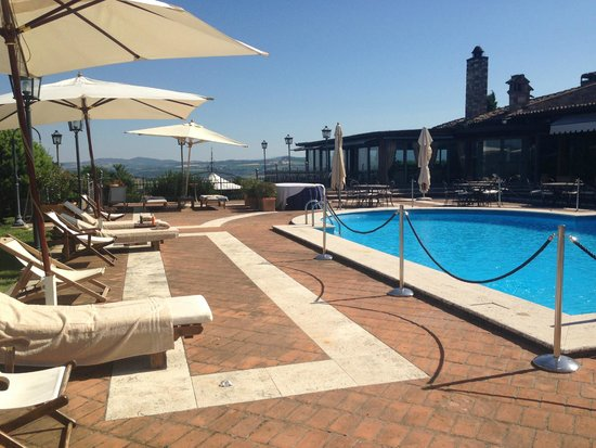 Relais Todini: piscina