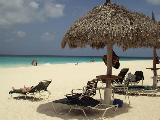 Aruba Beach Club: Beautiful, wide beach.  Lots of chickees!