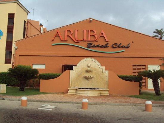 Aruba Beach Club: Front of hotel