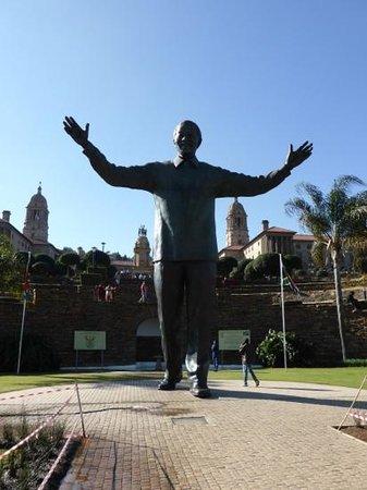 Edificios de la Unión: Mandela statue foran Unionsbygningen