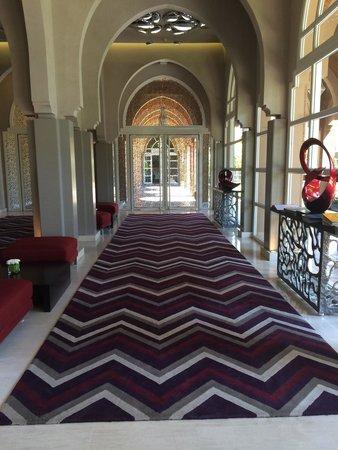 Pullman Marrakech Palmeraie Resort and Spa : Entrée de la réception accueille avec un thé frais