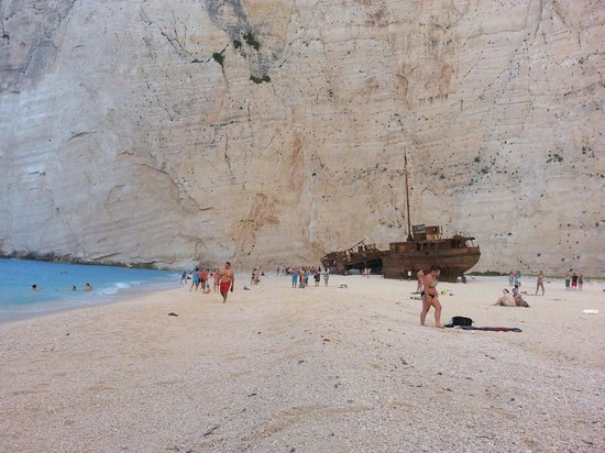 Plage de Navagio : Starting to get busy before the sun hits it