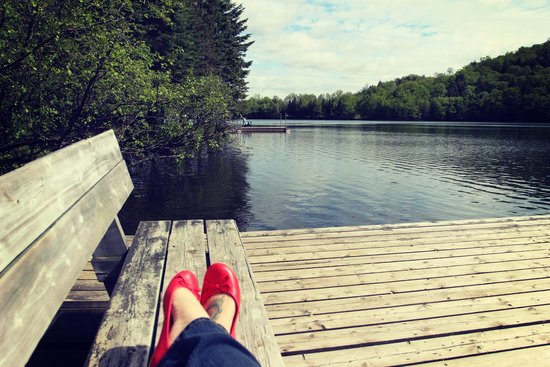 HI Mont-Tremblant: Lac Moore behind the hostel | Lac Moore derrière l'auberge