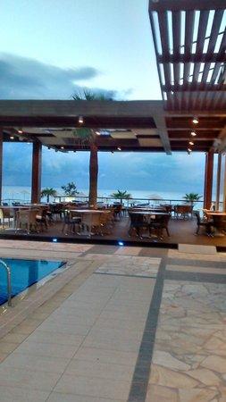 Minoa Palace Resort & Spa: View towards Beach restaurant area