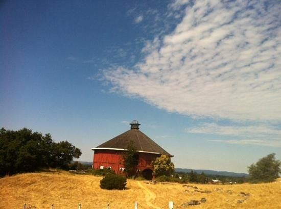 Hilton Sonoma Wine Country : Red Round Barn