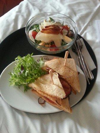 Hotel UNIC Prague: Salade Caesar et Club sandwiche en chambre