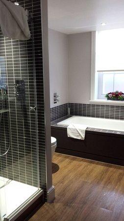 De Vere Venues Milton Hill House: Suite bathroom