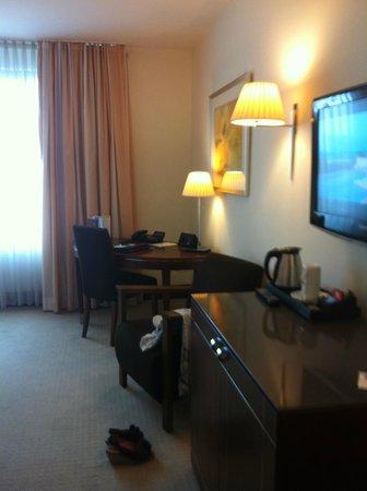 Sheraton Carlton Hotel Nuernberg: flatscreen, koffie en thee, wifi te betalen