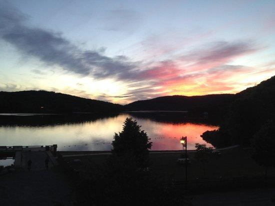 Auberge La Porte Rouge : Sunset on the lake