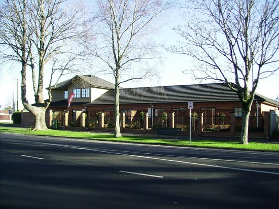 Albert Court Motor Lodge: Road view