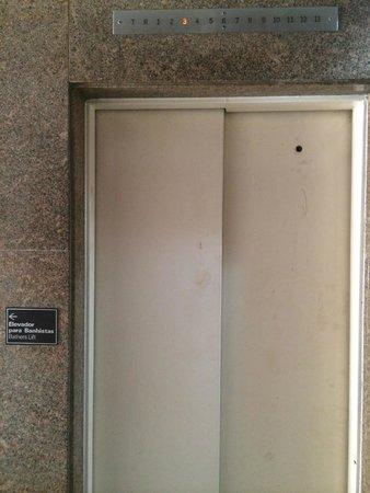 Atlântico Copacabana Hotel: Dirty elevator doors