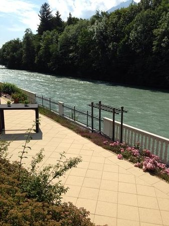 Grand Hotel Lienz: beautiful river outside of the breakfast area