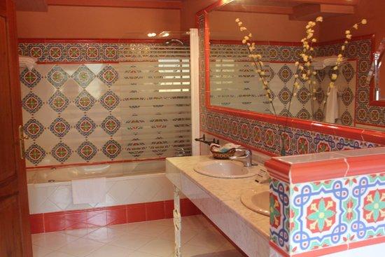 Hotel Cortijo la Reina : Salle de bain de la suite