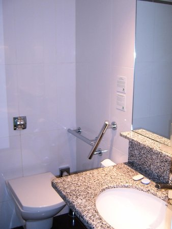 Holiday Inn Bordeaux Sud Pessac: Bathroom