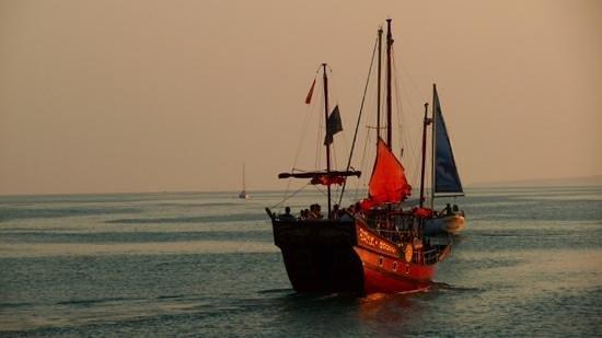 MedPlaya Hotel Bali : a boat coming into the marina