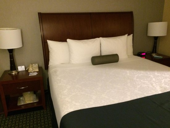 BEST WESTERN PLUS Marina Shores Hotel: King size bed