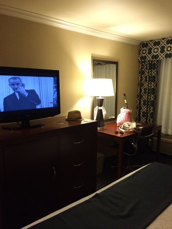 Best Western Plus Marina Shores Hotel: TV & desk