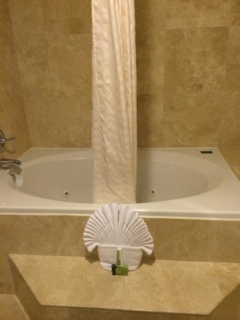 Best Western Plus Marina Shores Hotel: Very large tub