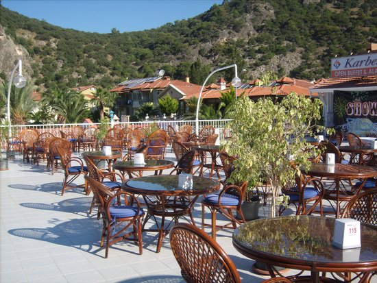 Karbel Hotel: food area al fresco
