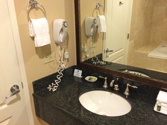 Best Western Plus Marina Shores Hotel: Sink with Bath & Body Works toiletries