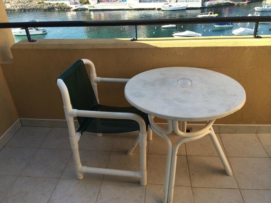 Marina Hotel Corinthia Beach Resort : balcony furniture/torture device