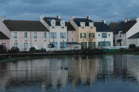 Marriott's Village d'lle-de-France: Una de las lagunas del hotel