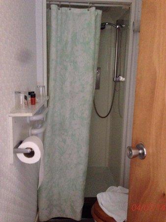 Esplanade Hotel : Small shower room