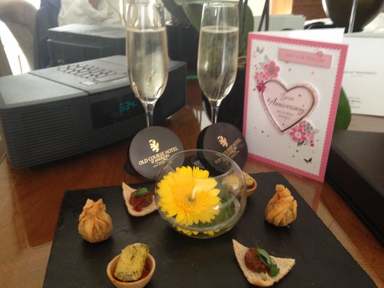 Old Course Hotel, Golf Resort & Spa: A card bubbly and canapes!